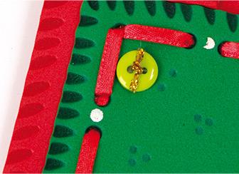 ... pasar por ellos cinta roja y complementar con botones en los extremos